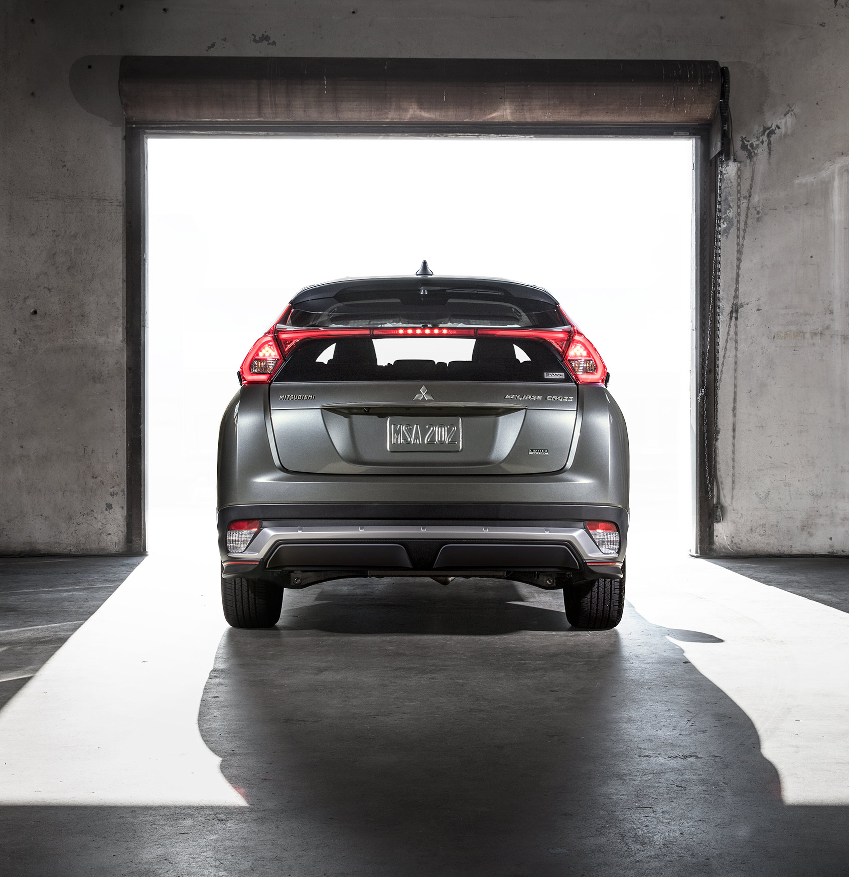 6_ECLIPSE_CROSS_LE_Rear_Sky_V1L